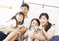 笑顔で談笑する家族